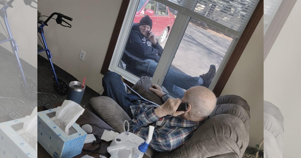 Cada día este viejito recibe visita de su hijo, él está en cuarentena. Solo así pueden hablarse y verse