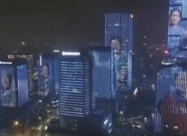 Ciudad en China proyecta la cara de los médicos que lucharon contra el conronavirus en sus edificios