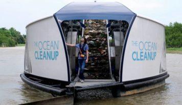 Joven que está eliminando la basura de los océanos acaba de crear barcazas solares que limpian los ríos