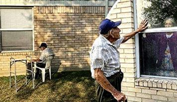 Una pareja de ancianos ha sido forzada a separarse por el coronavirus después de vivir 70 años juntos, pero se siguen viendo