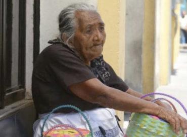 """""""Si yo no salgo a vender, no como"""": Ana María, de 88 años"""