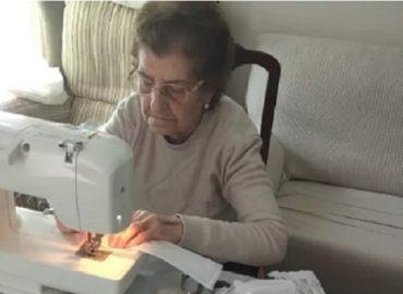 Con 50 cubrebocas diarios una abuelita ayuda a los hospitales de España a enfrentar el coronavirus
