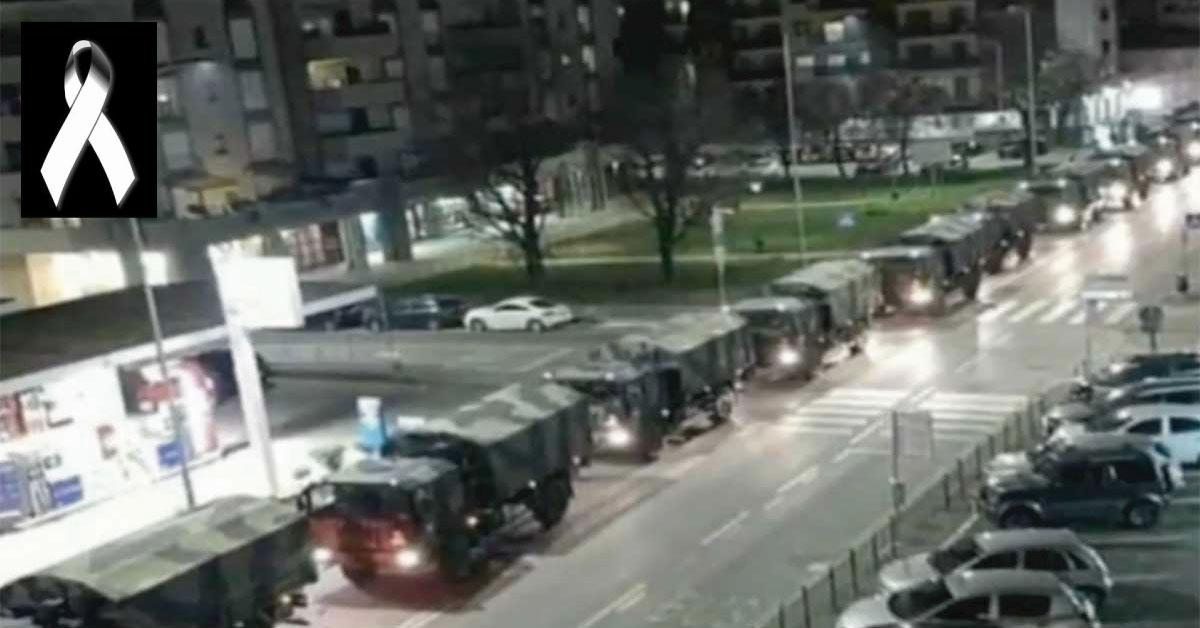 Filas muy largas de camiones para trasladar féretros de muertos por coronavirus en Italia