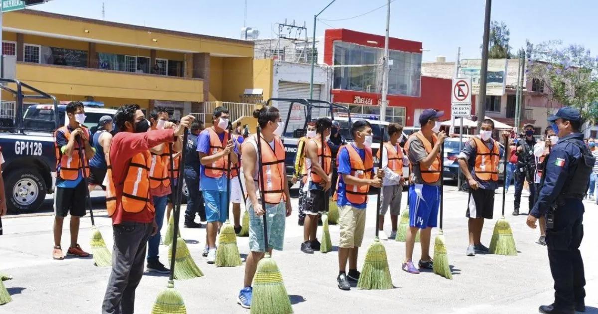Ponen a barrer a jóvenes por romper el aislamiento domiciliario en México