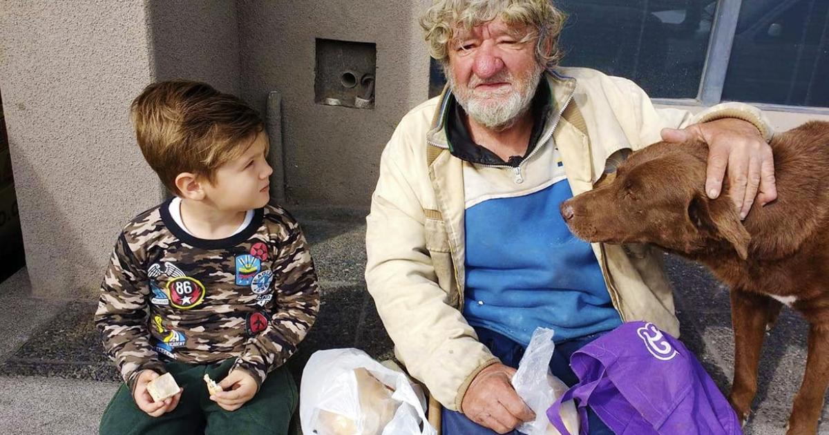 Un pequeño convence a su mamá para que adopte a un abuelito que vivía en las calles