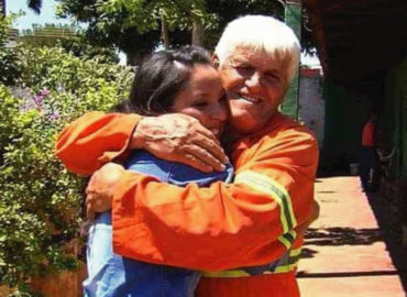 Un barrendero crió solo a su hija y ahora ella se graduará de medicina