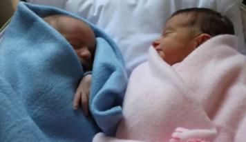 Madre recibió un bebé equivocado en el hospital, cuando recuperó a su hijo decidió quedarse con el otro en un tierno gesto
