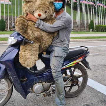 El hombre que lloraba mientras llevaba un enorme oso de peluche en su moto conmovió a todos con su causa