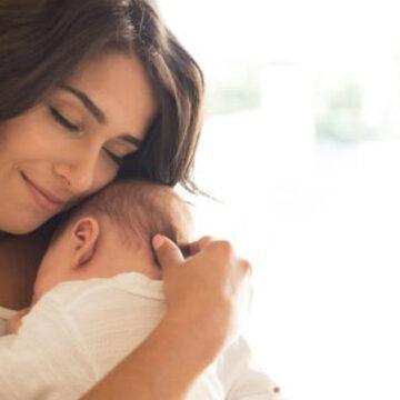 Un bebé necesita estar en brazos de su madre y aquí te lo comprobamos