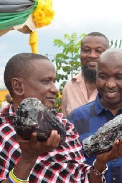Un hombre minero se consigue dos piedras que le cambian la vida para siempre