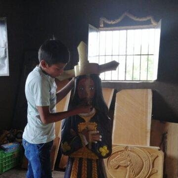A sus 13 años se ha convertido en un admirable tallador de madera