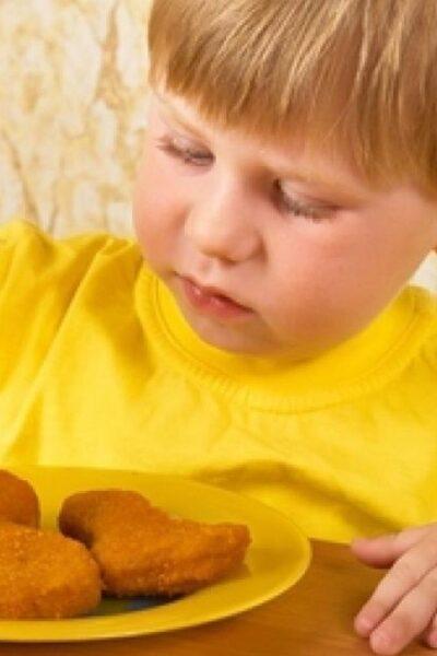 Caso viral en Estados Unidos: niñera le da nuggets de pollo a niños vegetarianos
