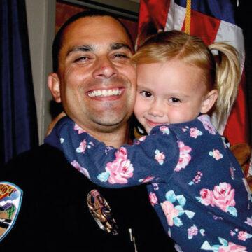 Policía salva y adopta a una niña que la trataban mal. Formaron una hermosa familia