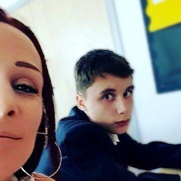 Madre decide asistir a clases junto a su hijo por la actitud irrespetuosa con los profesores