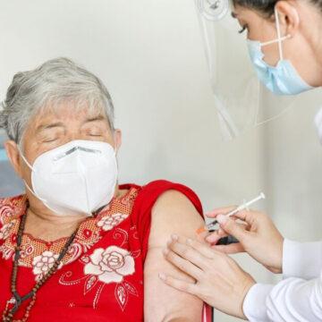 Con una nota, abuelita pide ayuda a la enfermera que la vacunó contra el covid