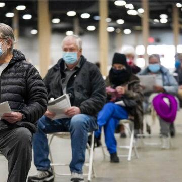 Dos Jóvenes se disfrazan de ancianos para recibir vacuna anticovid