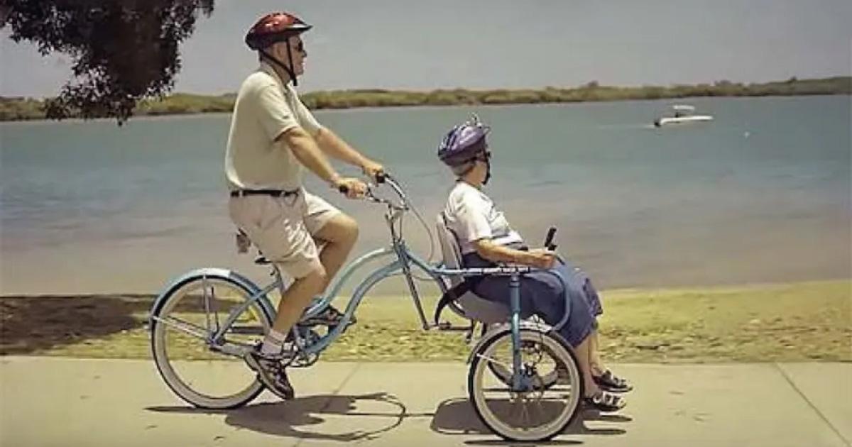 Abuelito crea una bicicleta especial para pasear con su mujer con Alzheimer
