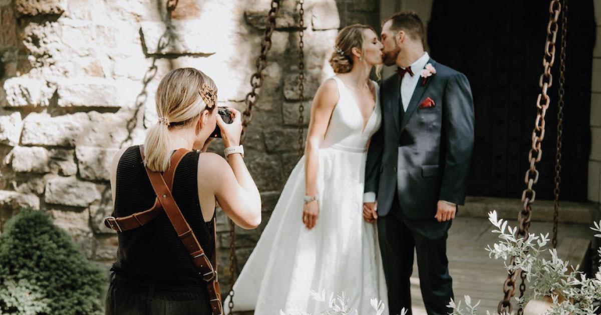 Fotógrafa borra todas las fotos de la boda porque no le dieron comida. Lo hizo frente a todos